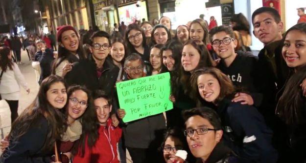Miguel, el hombre que abraza a los transeúntes en la calle de Madero, en la Ciudad de México. | 17 Personas que te regresarán la fe en la humanidad... y en México