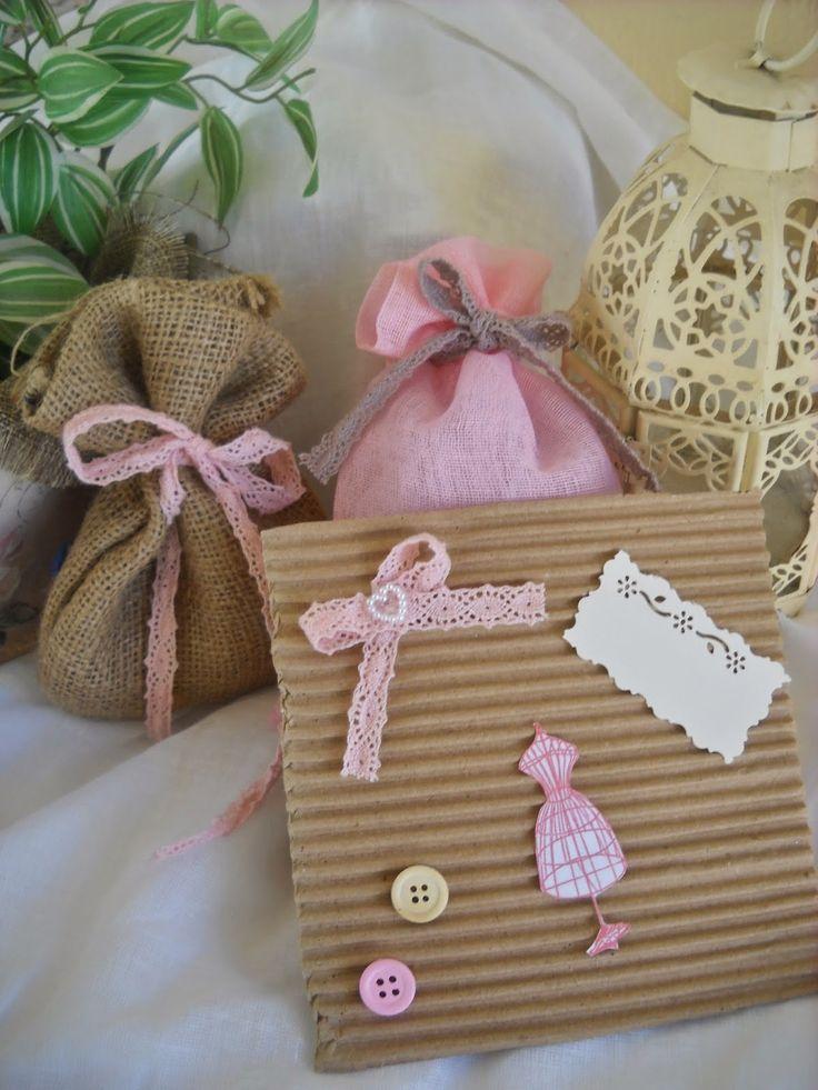 """πουγκιά λινάτσας σε φυσικό και ροζ χρώμα που """"δένουν"""" υπέροχα με το κραφτ προσκλητήριό μας."""
