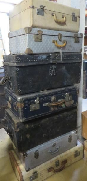 Lot de sept valises ou malles de voyage en aluminium, bois ou cuir. (manques et accidents) - Ader - 30/01/2015