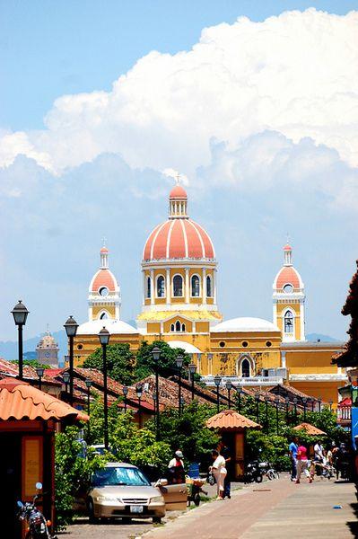 Granada, Nicaragua. ¡Un edificio muy interesante! Me gusta los colores de este foto