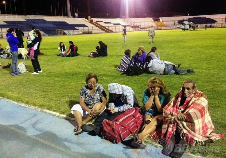 地震による津波警報が発令されたことを受けて、チリ北部イキケ(Iquique)のスタジアムに避難した住民たち(2014年4月1日撮影)。(c)AFP/ALDO SOLIMANO ▼2Apr2014AFP|チリ沖でM8.2の地震、2メートル超える津波が発生 http://www.afpbb.com/articles/-/3011543 #Chile #Chili #Iquique