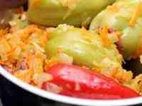Блюда, основа которых сладкий перец, очень пикантны и вкусны. Предлагаем вашему вниманию настоящую классику жанра – фаршированные перцы. В качестве начинки – соевый фарш с рисом...Приготовление перцев практически ничем не отличается от привычного д...