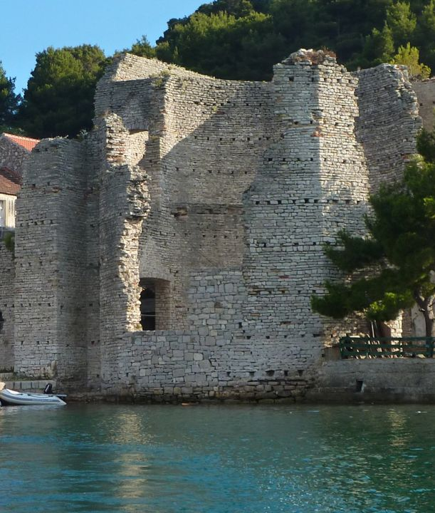 Polače, named after the Roman palace, are one of the oldest settlements on the island of Mljet. In 3rd century, the Romans built a mansion in the bay, fully protected from any sort of wind, but the crucial was the water source which still exists in the village. Today, Polače has a number of ancient ruins dating from the 1st to the 6th centuries. However, of greatest significance is the mentioned Roman palace whose walls dominate the village. MLJET ISLAND