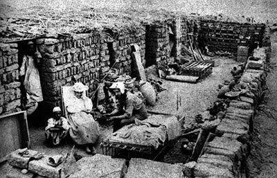 Como tantas 'arqueólogas esposas de arqueólogos' de la época, Hilda Petrie realizó el mismo trabajo que su marido con algunos extras. Por supuesto, se convirtió en la enfermera oficial del equipo. Como aprendió a hablar árabe con cierta soltura, se encargó muchas veces de repartir la paga de los trabajadores y de organizarlos.