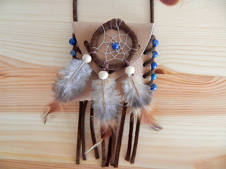 Medizinbeutel (mit Inhalt) aus echtem Leder mit Fransen und Verzierung in Form von königsblauen Lapislazuli-Perlen.  Symbolik: Freundschaft, Frieden