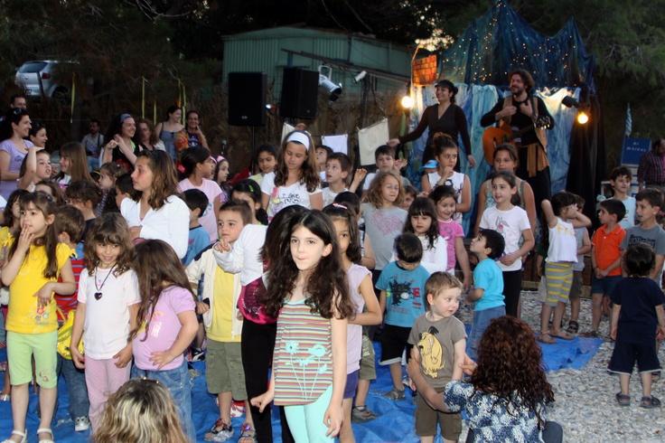 Τα παιδιά όπως πάντα ήταν οι μεγαλύτεροι πρωταγωνιστές και γιαυτό στο τέλος της γιορτής γύρισαν προς τους γονείς τους κάνοντας μια μεγαλοπρεπή υπόκλιση για την οποία καταχειροκροτήθηκαν
