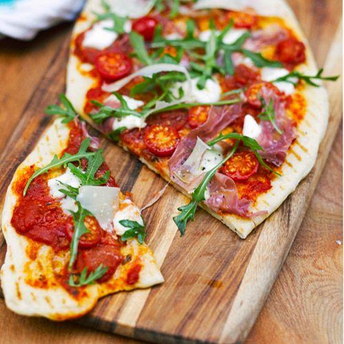 Het deeg van deze snelle pizza maak je van tevoren, zodat je op het moment supreme het deeg alleen maar een paar minuutjes hoeft te bakken.    1. Meng meel, gist, zout, suiker, 1 el olijfolie en 180–200 ml lauw water. Kneed er een soepel deeg...