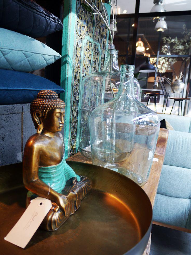 Blauwe woonaccessoires met koperen accenten. Zen Lifestyle is gevestigd in Wijchen bij Nijmegen en heeft showroom van 10.000 m². Natuurlijk vind je in onze winkel onze eigen producten, zoals ons aanbod vintage en retro banken, onze topsellers, zoals het vintage tv-dressoir Stan. Maar ook hebben wij de mooie collectie van Zuiver en Duchtbone en vind je er nog veel meer topmerken, zoals Be Pure, JouwMeubel, UrbanSofa, Fatboy, Makkii, Woood etc.