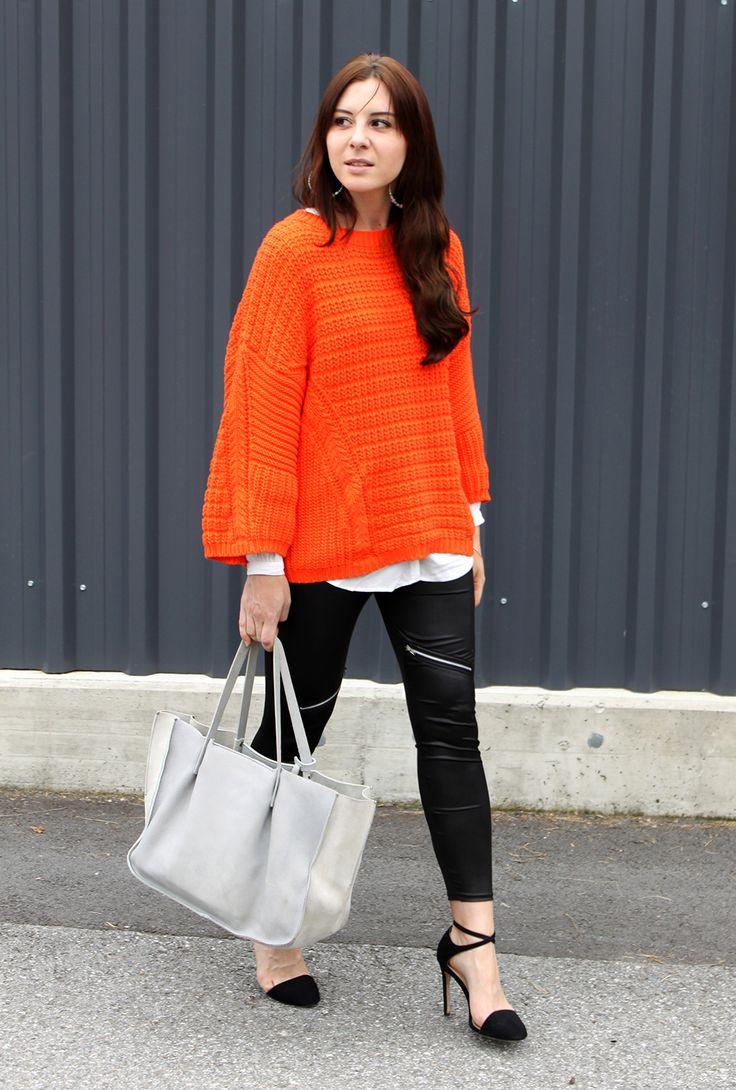 Outfit: Lederleggings & oranger Strickpullover