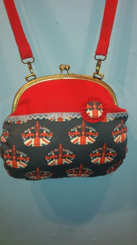 God save the Queen... and this beautiful bag too!!!