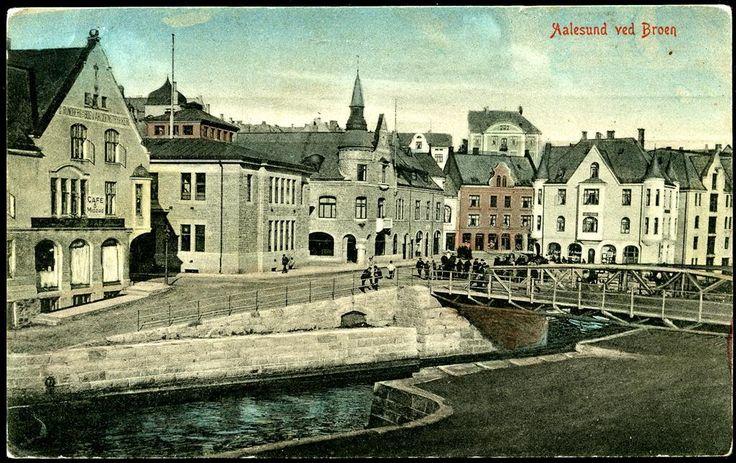 AALESUND i Møre og Romsdal fylke. Kolorert, uvanlig gateparti ved Broen Postgått 1924,