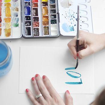 水彩で文字を書くのも、ペンとはまた違った味わいがありますよ。 愛を伝えるメッセージなら、あえてブルーをセレクトしても。