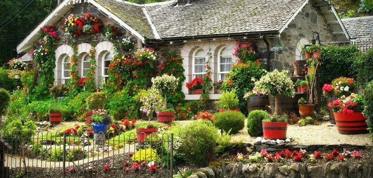 Beautiful cottage flower garden interior decorating and for Classic house with flower garden