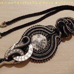 ☆☆ 大人アイテム/パイソン柄ネックレス/ソウタシエ/一点もの ☆☆soutache(ソウタシエ)コード、スワロフスキーシードビーズなどで作りました一粒一粒ソウタシエコードに挟みながら縫いあげる手縫いのアクセサリー他にはない一点ものでとてもめずらしいオリジナルの立体感を出しています中心は白×黒のダイヤ模様が美しいダイヤモンドパイソン天然皮革ハンドメイドのオリジナルカボションですクールな大人アイテムのパイソン胸元でかっこよく決めてくれます サイズはソウタシエのモチーフ部分が  縦/11センチほど横/5.5センチネック部分のモチーフが2センチネックは45センチ