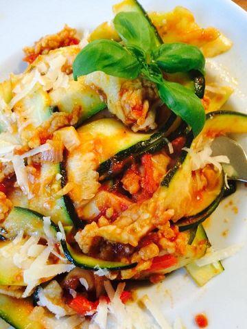Voedselzandloper recept voor pasta van brede courgettelinten die je heel gemakkelijk maakt met je kaasschaaf, en tomatensaus met kipgehakt.