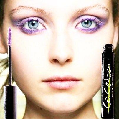 Purple bright eyes. Realza y dale brillo a tu mirada con nuestra pestañina morada. #coketamakeup #beauty #trends #mascara #color