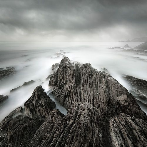 PRZEBUDZENIE MARCIN BERA . KRAJOBRAZ Profesjonalna fotografia kolorowa obejmująca delikatne przejścia barw i niepowtarzalny nastrój, jakiego dostarczają ocean i współczesne techniki fotograficzne.   Miejsce i rok wykonania zdjęcia: okolice Thurlestone, Devon, południowo-zachodnie wybrzeże Wielkiej Brytanii, 2010.
