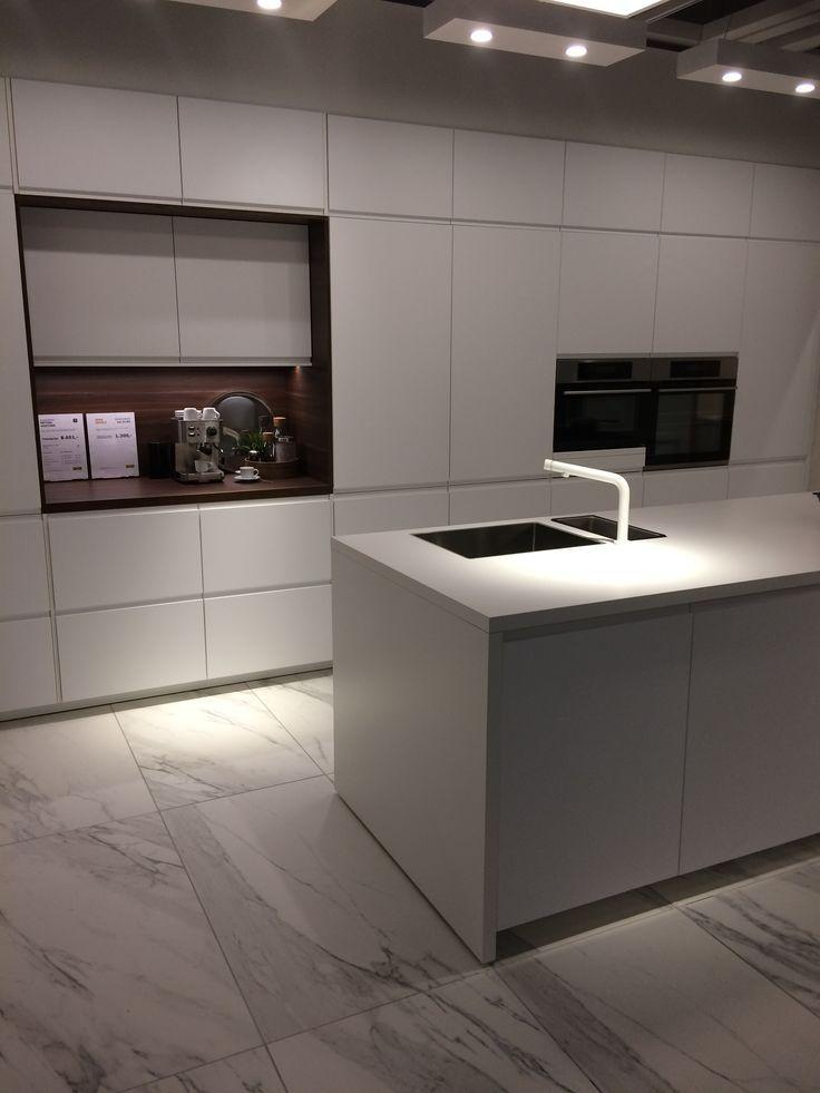 All White Kitchen With Great Marble Tile Flororing Komplett Weisse Kuche Mit Tollem Boden Aus Marmo Ganz Weisse Kuche Moderne Kuchenideen Moderne Weisse Kuchen