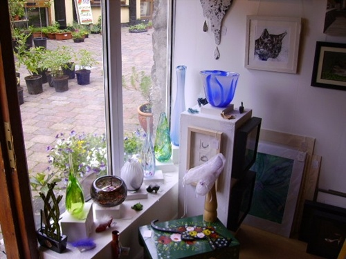 The Very Small Gallery has an intimate, airy, welcoming atmosphere. With lots to see : woodcraft, glasswork, prints, photgraphy and handmade jewellery.  http://m.mycarrick.ie/business-corporate/to-do/189/The-Very-Small-Gallery