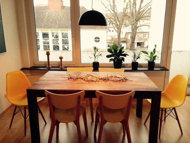 Helles Esszimmer mit robustem Holztisch und gelben Stühlen. Schöne 2-Zimmer-Wohnung mit Westbalkon in zentraler Lage. #Frankfurt #Nordend-Ost