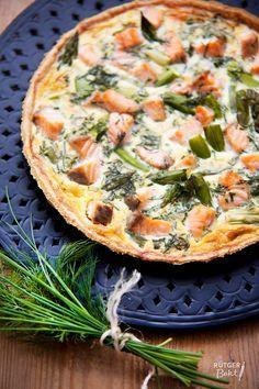 Deze quiche met zalm en groene asperges is echt heerlijk. Met een lekkere groene salade erbij heb je heel fijn avondeten!