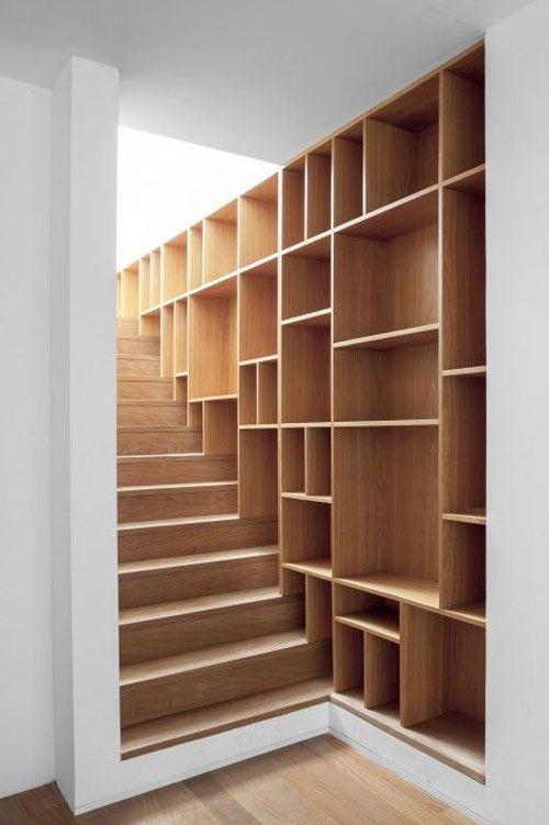 Moderne trap met een ingebouwde kastenwand. #interieur