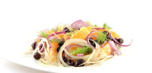 De venkel-sinaasappelsalade met zwarte olijven is een traditioneel klassiek recept uit Sicilië. Een lekkere snelle salade met zuivere smaken en ingrediënten