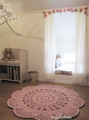 Smaller doily rug for a girl's room. Finland |Toukokalliolla: Pitsimatto tytön huoneeseen