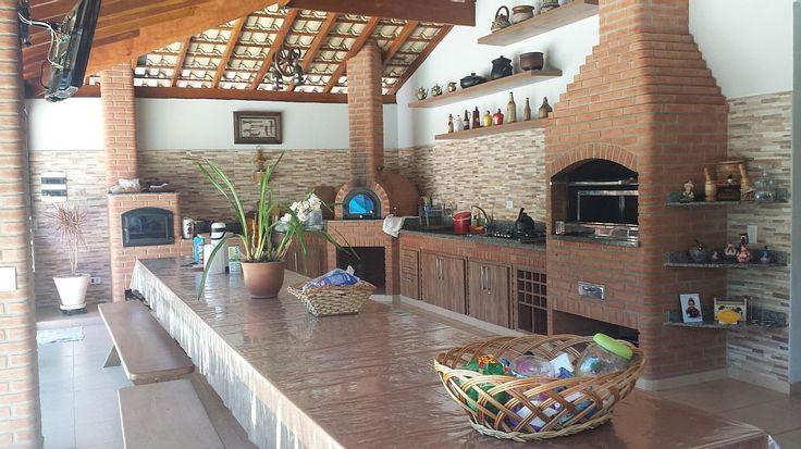 chácara / sítio Ibiúna - Quiosque parte interna frontal. Churrasqueira, forno de pizza e fogão a lenha.