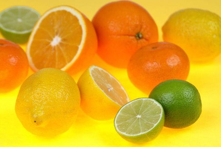 Beneficios de la vitamina C en polvo. La vitamina C, o ácido ascórbico, es una vitamina esencial soluble en agua que tu cuerpo necesita obtener de fuentes externas como alimentos o suplementos. Se produce naturalmente en una amplia variedad de productos y se incluye comúnmente en fórmulas de ...