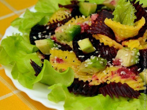 Свекольный салат с сыром и авокадо