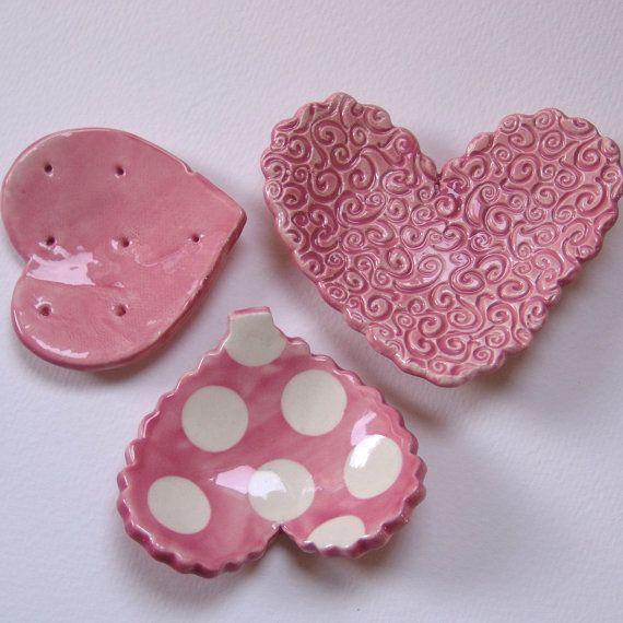 Un hermoso conjunto de 3 corazones de cerámica diferentes, utilizan como colectores de anillo, los titulares de la bolsita de té, velas candelita,