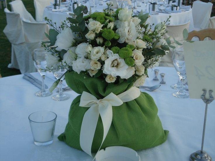 Διακόσμηση τραπεζιού με πουγκί από διάφορα λουλούδια. #γαμοςκρητη #διακόσμησητραπεζιου #πουγκίλουλούδια