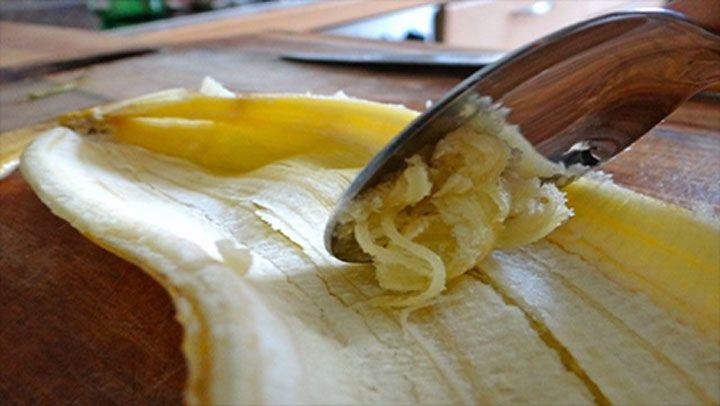 Všichni jistě známe benefity konzumace banánů, měli bychom však znát i benefity banánových slupek. Většina je bez mrknutí oka vyhodí, v Indii však banánové slupky jedí a využívají jejich nutriční bohatství už celá desetiletí. Jak lze použít banánovou slupku?   Vybělít