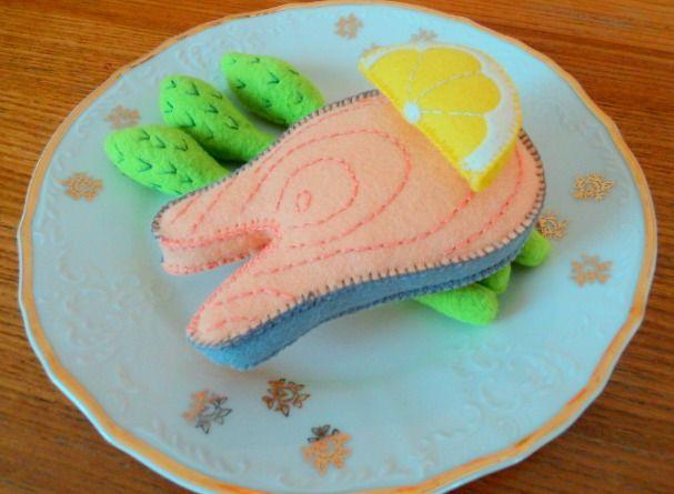 Losos s chřestem Hostinec U kulaté báby vám dnes nabízí lososa s chřestem a kouskem citronu. Hračka pro malé kuchaříky do dětské kuchyňky. Rozměry lososa: 11 x 6,5 cm Chřest: 14 cm Použitý materiál: plsť/ filc, PES rouno - kuličky na výplň