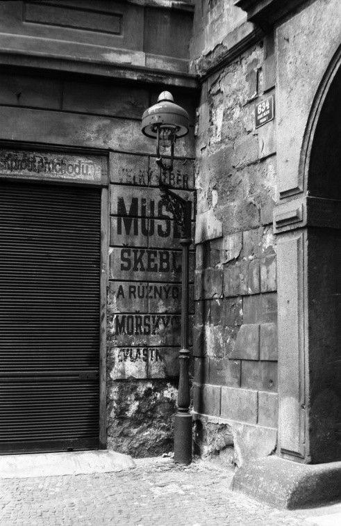 Starý firemní nápis (3868) • Praha, srpen 1965 • | černobílá fotografie, oprýskaná zeď, roleta, lampa, Malá Štupartská|•|black and white photograph, Prague|