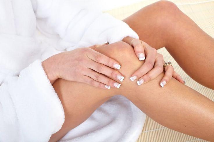 ЕСЛИ БОЛЯТ КОЛЕНИ - ЛЕЧИТЕ ПОЧКИ   Частые боли в коленях никому еще радости не добавляли, поэтому нужно выявить причину таких болей и избавиться от них как можно быстрее.   Если сделать рентгеновский снимок больного колена, то можно увидеть тоненькую полосочку, которая охватывает кость. Это - отложение солей. Соль и кристаллы мочевой кислоты давят на нервные окончания и вызывают боль. Достаточно избавиться от этих отложений и боль исчезнет.   Удалить солевые отложения можно таким образом…