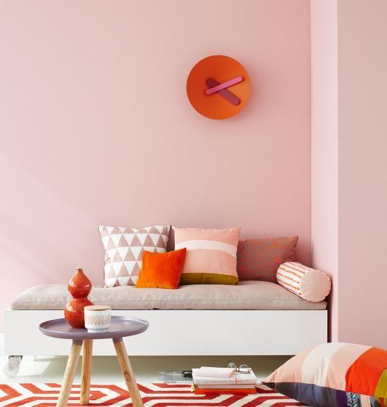 Rosa als Wandfarbe mit Wohnaccessoires in Orange