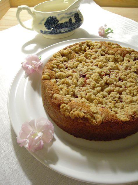 Moisig smulpajskaka med sommarbär & vaniljsås #glutenfritt #recept #glutenfri #kaka #saftig #bär #vaniljsås
