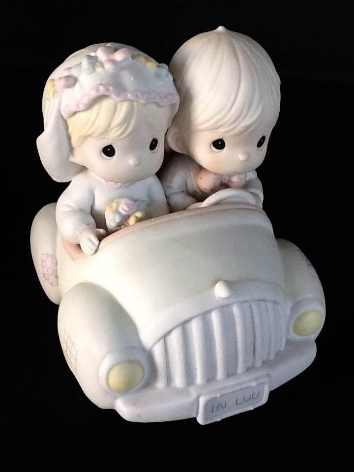 Noivinhos bolo de casamento. Pegando à estrada.