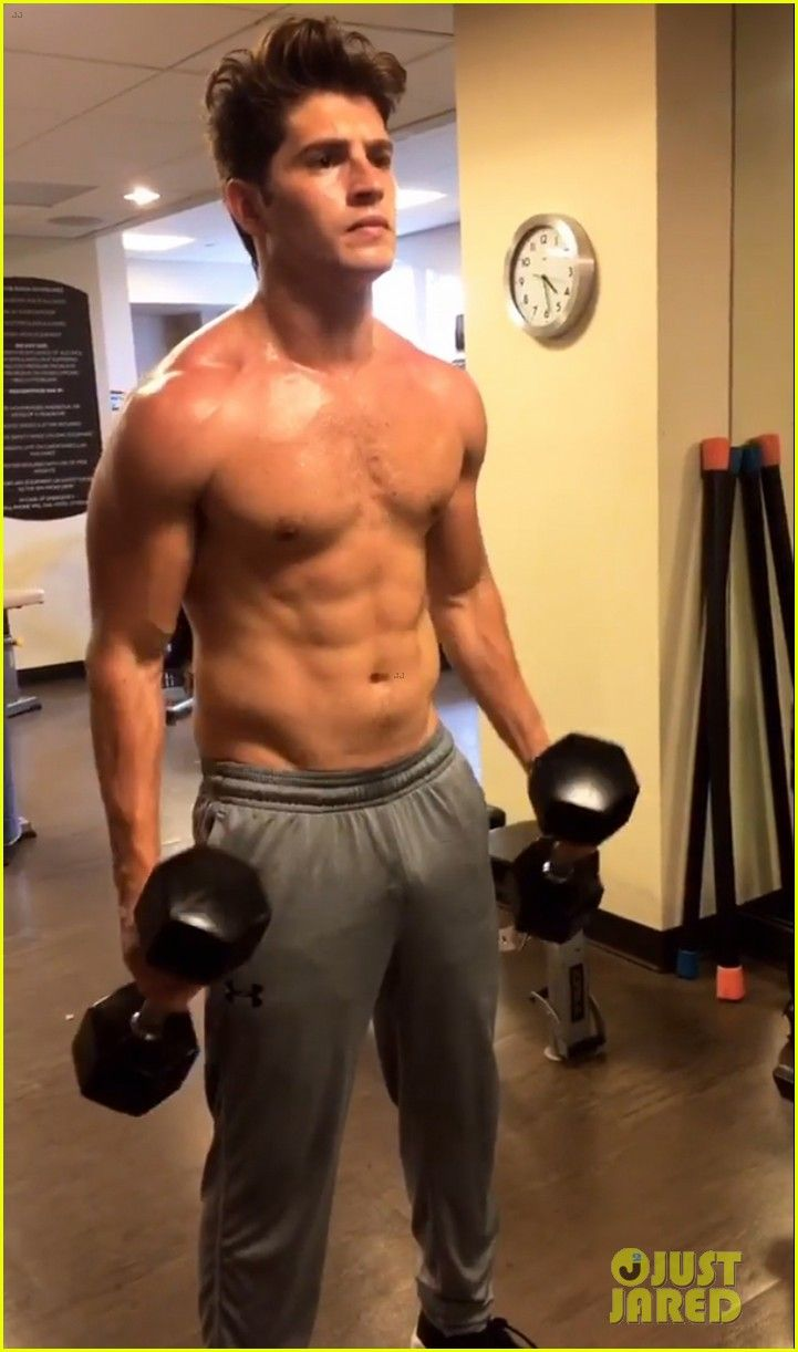 Gregg Sulkin Flaunts Toned Abs During Shirtless Workout!