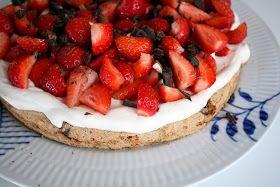Sidste weekend var vores lørdagsdessert en mandelmarengskage med flødeskum og danske øko jordbær !  (Alt for) nem at lave men smag...