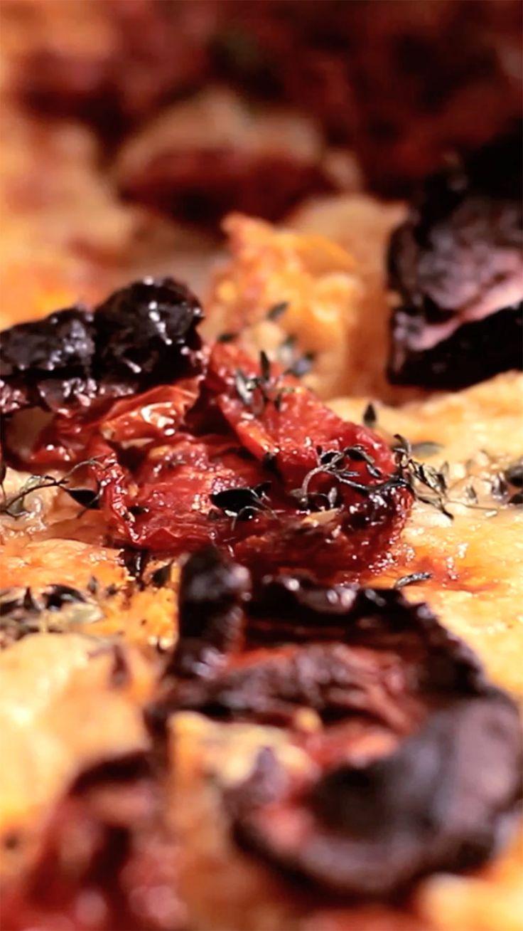 Essa receita de pizza de massa folhada com tomate seco e rúcula é super prática e muito saborosa.