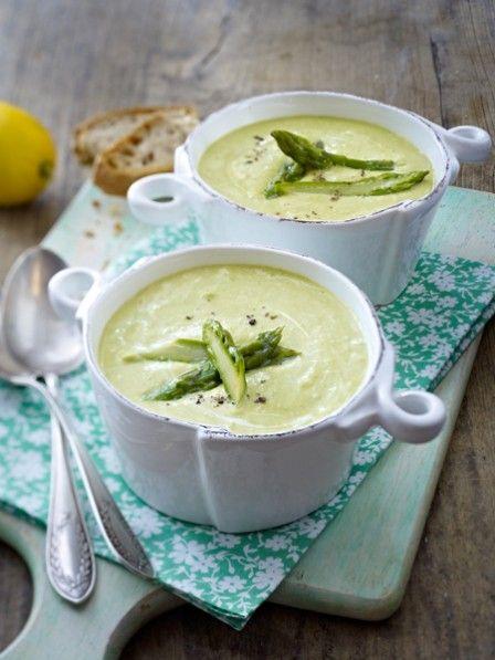 Spargelcremesuppe ist die beliebteste Vorspeise der Frühlingsküche. Wir genießen das Süppchen auch ohne Menü und servieren ein cremiges Spargel Rezept.