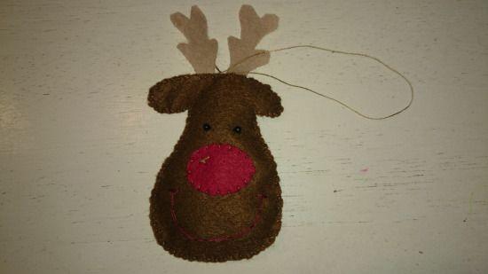 Lav hjemmelavet rensdyr i filt, der kan hænges op på juletræet eller andet sted i hjemmet.