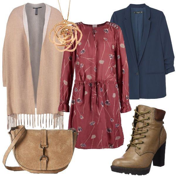 Il vestito in tessuto leggero con coulisse in vita è in un colore tra il rosa intenso e il rosso molto di moda, raddolcito da una fantasia di fiori stilizzati sul beige e blu. Lo abbiniamo alla giacca diritta mono bottone in un blu invernale ma deciso. Per completare mantella beige con interno bianco in lana con maniche e polsino e frange finali. Ai piedi scarponcini con tacco alto e stringhe in un beige caldo e borsa a tracolla anni 70 in suede beige con moschettone sulla patta. Per finire…