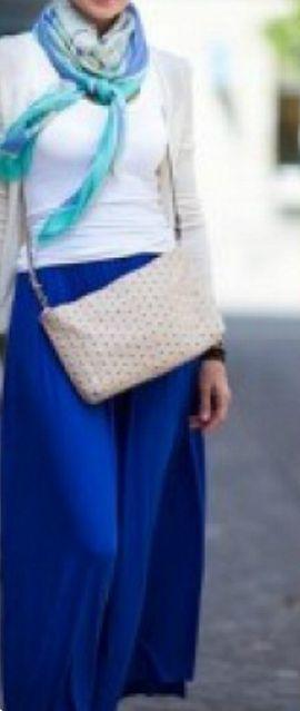 Синяя юбка, белый верх, синий платок