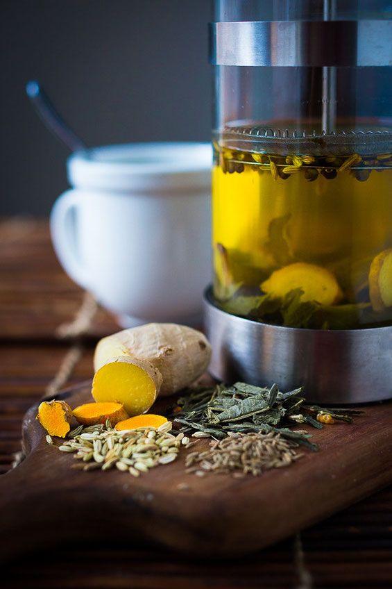 Ayurveda thee Ingrediënten : 250 ml gekookt water 1-2 EL in plakjes gesneden verse gember 1 EL in plakjes gesneden verse geelwortel ( of 1 TL poeder) 1-2 TL koriander zaadjes 1-2 TL komijn zaadjes 1-2 TL venkel zaadjes 1-2 zakje groene thee met een halve uitgeknepen citroen 10 min laten trekken en dan uitgieten in een glas boven een theezeefje.