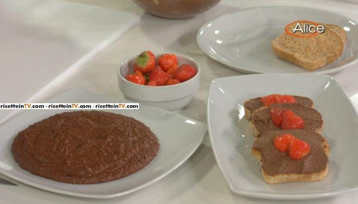 """La ricetta del cioccOlì (Nutella all'olio d'oliva) ne """"La salute vien mangiando"""", il programma di Alice Tv sulla buona cucina."""