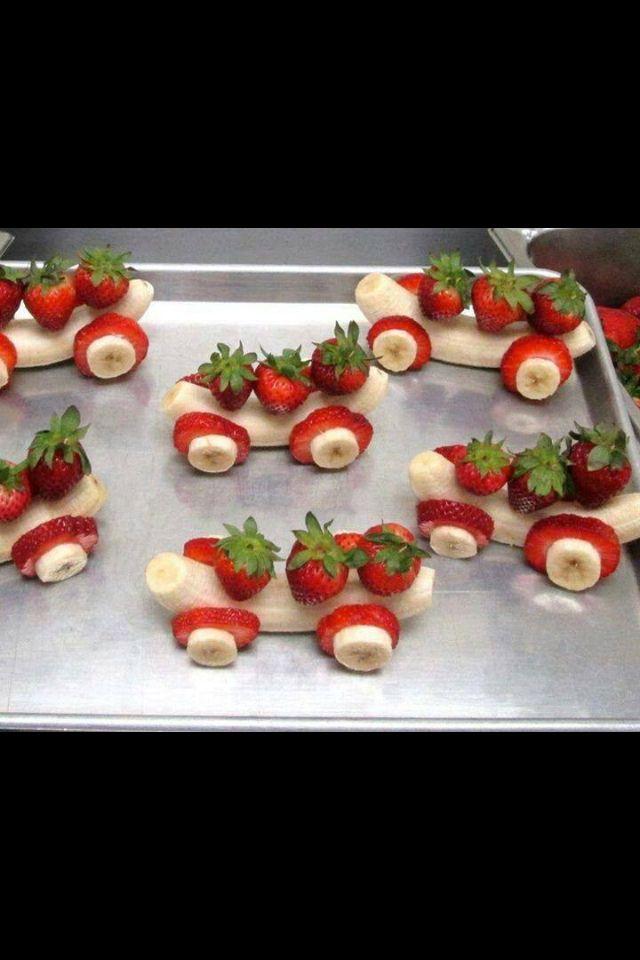 traktatie jongens. 't Is even werk, maar valt heel erg in de smaak! En ziet er heel vrolijk uit... (WJS in groep 2) Ik combineerde dit met rupsje-nooit-genoeg van druiven + aardbei.
